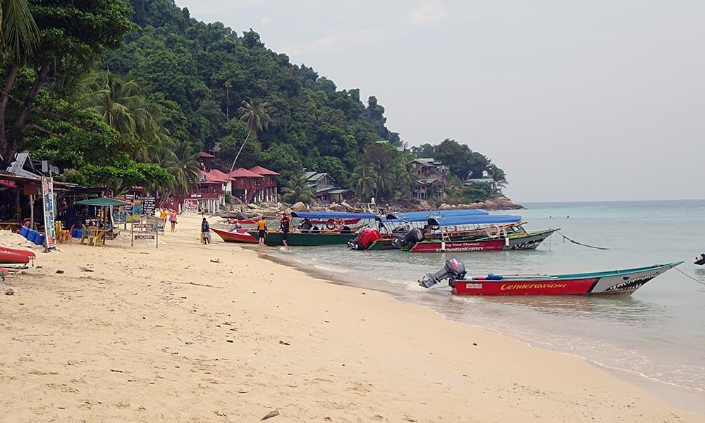 Viele Boote am Strand