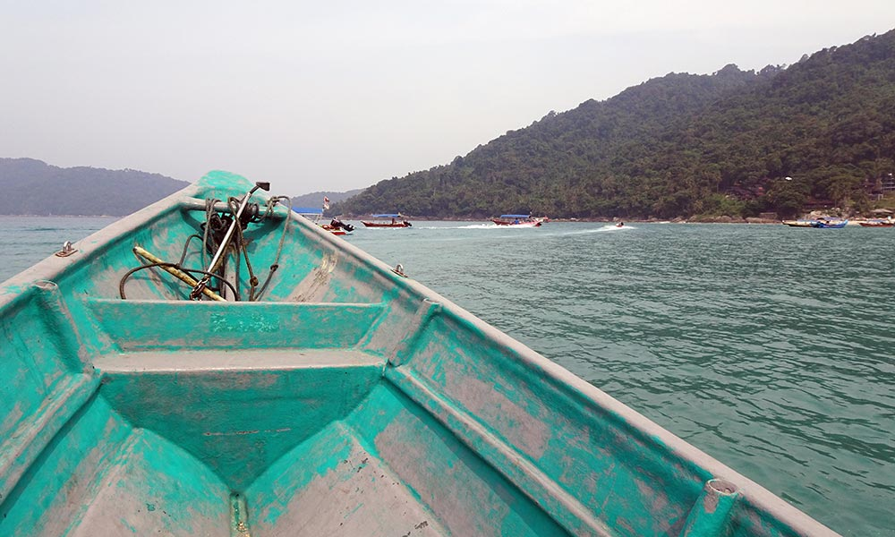 Auf dem Boot mit Blick auf Wasser und Insel