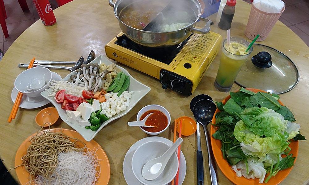 Fondue mit Nudeln und Gemüse