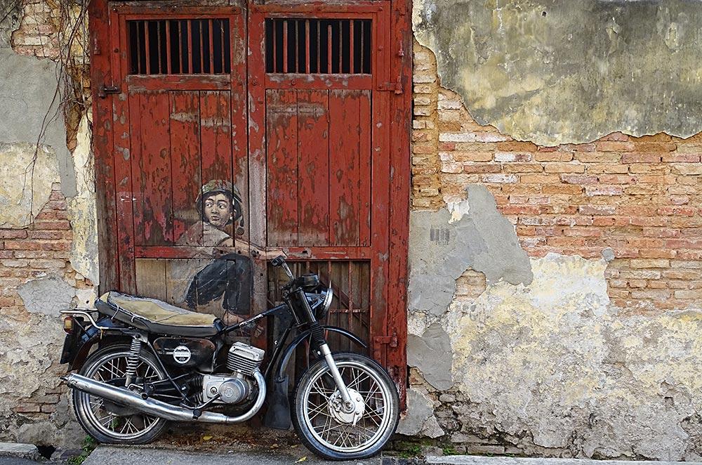 Streetart Junge auf Motorrad in George Town