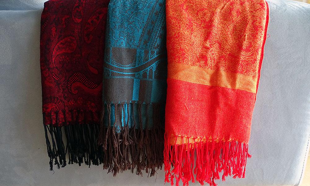 rotes, türkisfarbenes und orangefarbenes Tuch