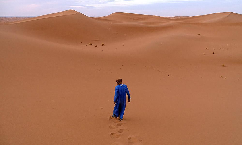 Mann mit blauem Djellaba (Mantel)
