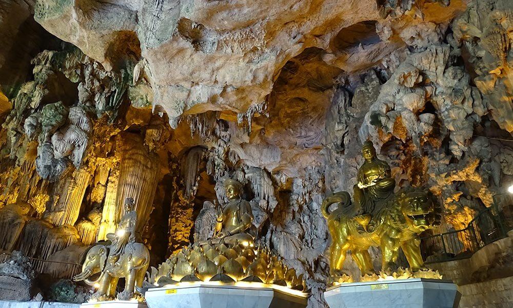 Goldene Buddhastatuen im Felsentempel in Ipoh