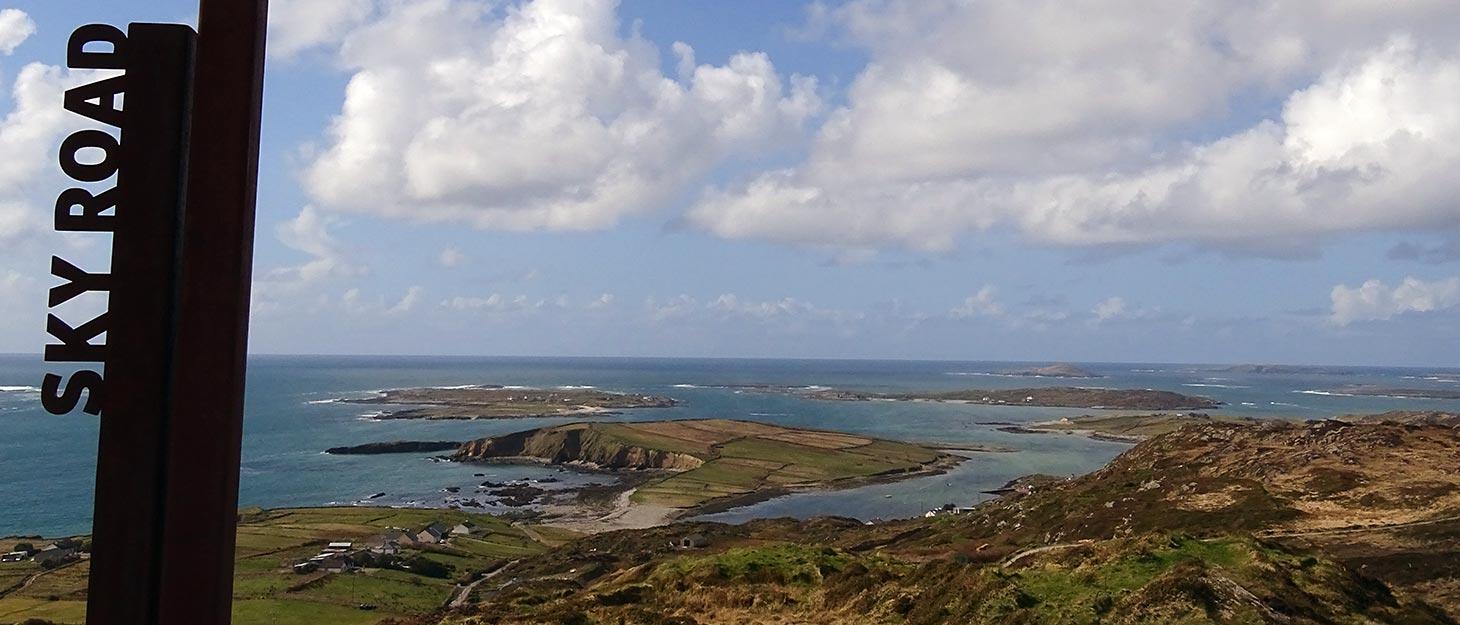 Blick von Sky Road in Irland auf die Küste