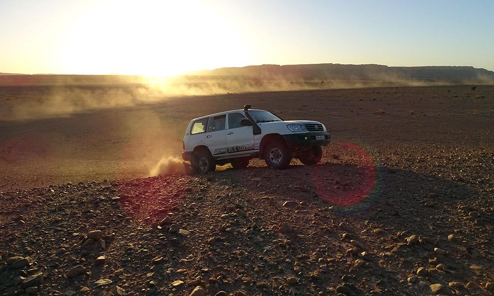 Jeep fährt auf einen Hügel