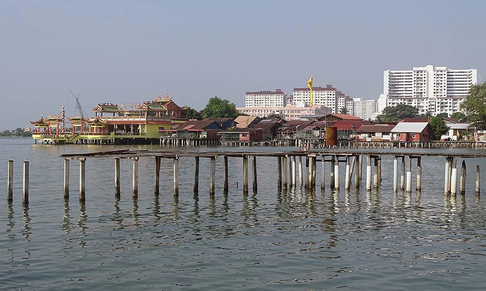Steg mit Tempel im Hintergrund