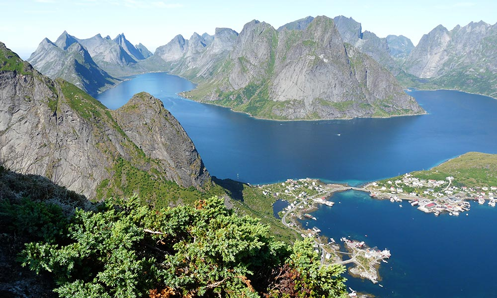 Vogelperspektive über Meer und Berge