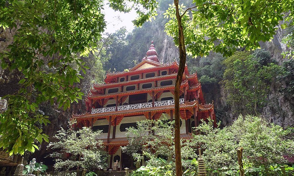 Tempel umrahmt von Felsen