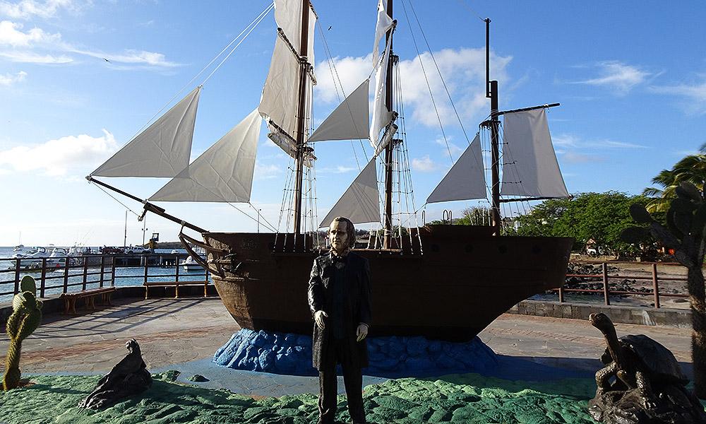 Statue Charles Darwin vor Schiff