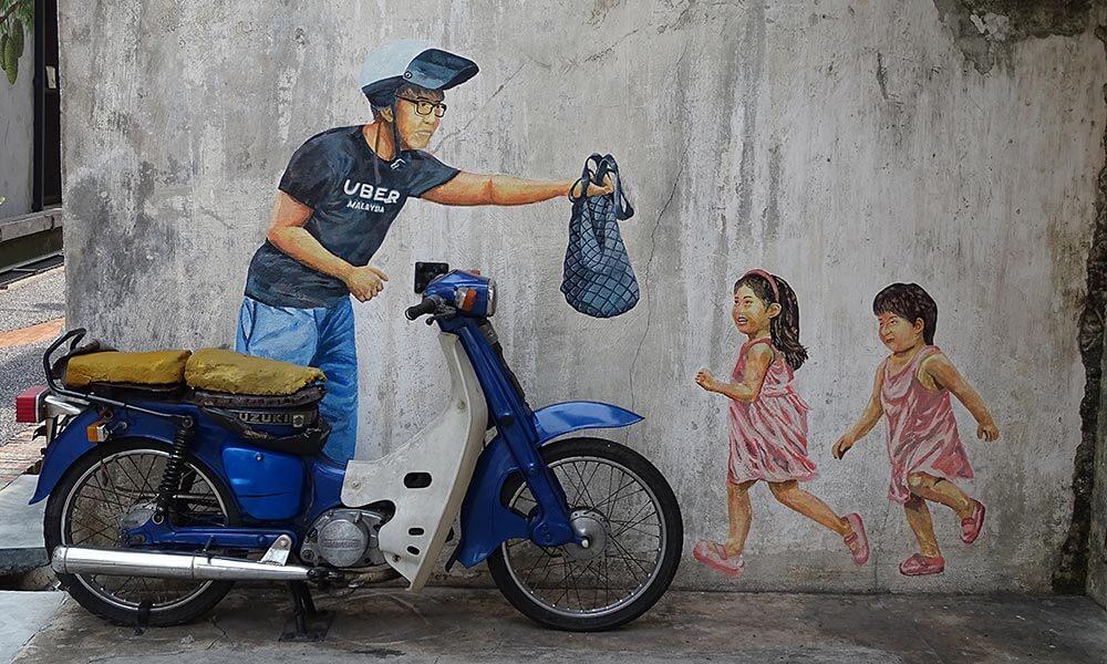 Street Art: Mann und Kinder am Motorrad