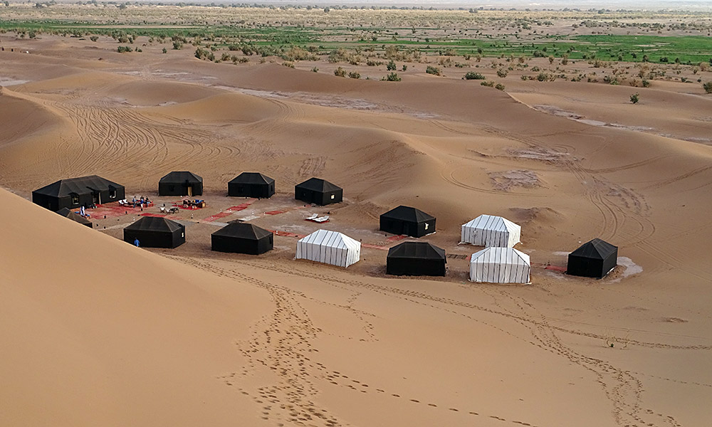 Zelte im Kreis stehend in der Wüste