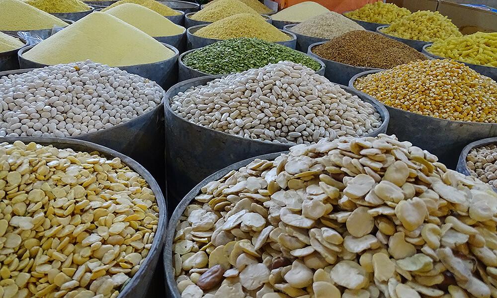 Berge von Hülsenfrüchten auf Markt in Taroudant