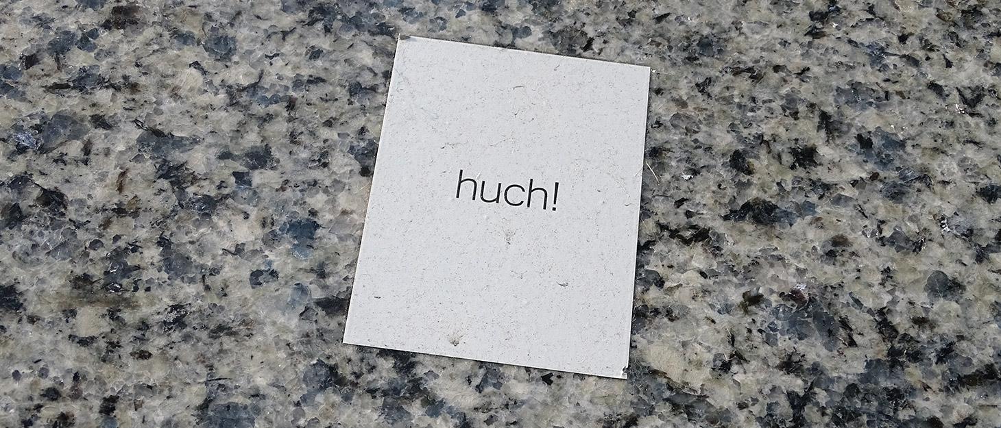 """Aufkleber """"huch"""" an der Wand"""