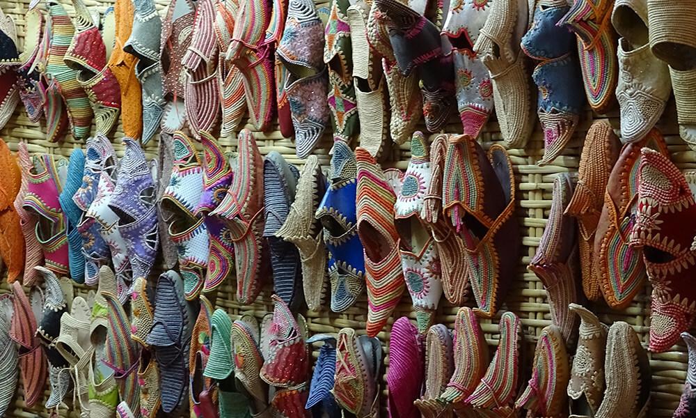 Viele bunte Schuhe an der Wand