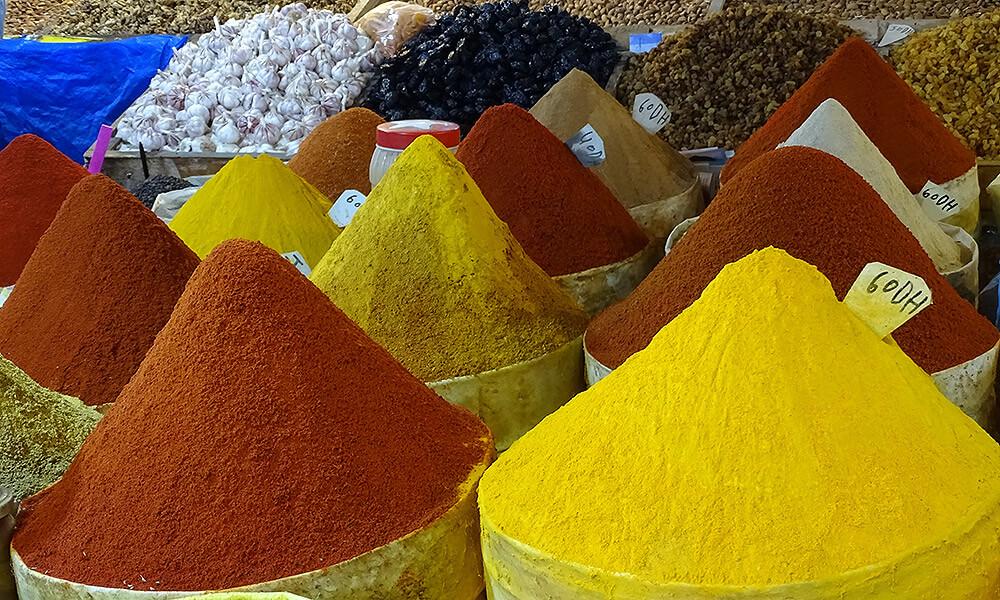 Berge von Curry, Paprika und anderen Gewürzen