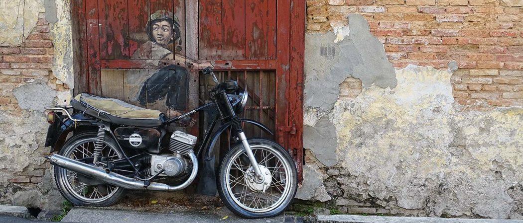 StreetArt-Bild Junge auf Motorrad