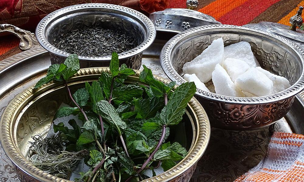 Silvertöpfe mit Minze, grünem Tee und Zucker