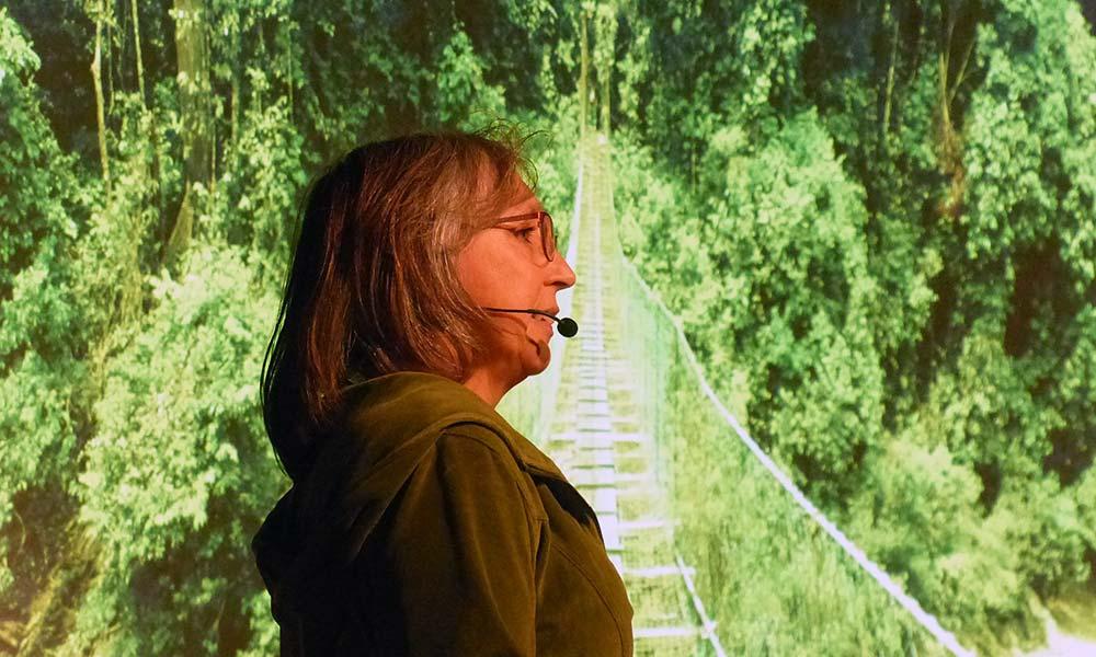 Sabine auf dem Travel Slam vor Leinwand mit Regenwald