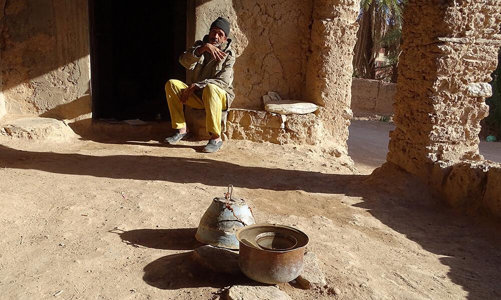 Mann vor der Wasseruhr