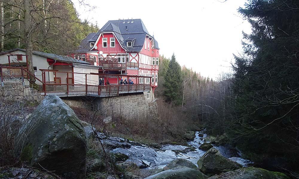 Gasthaus am Fluss im Wald