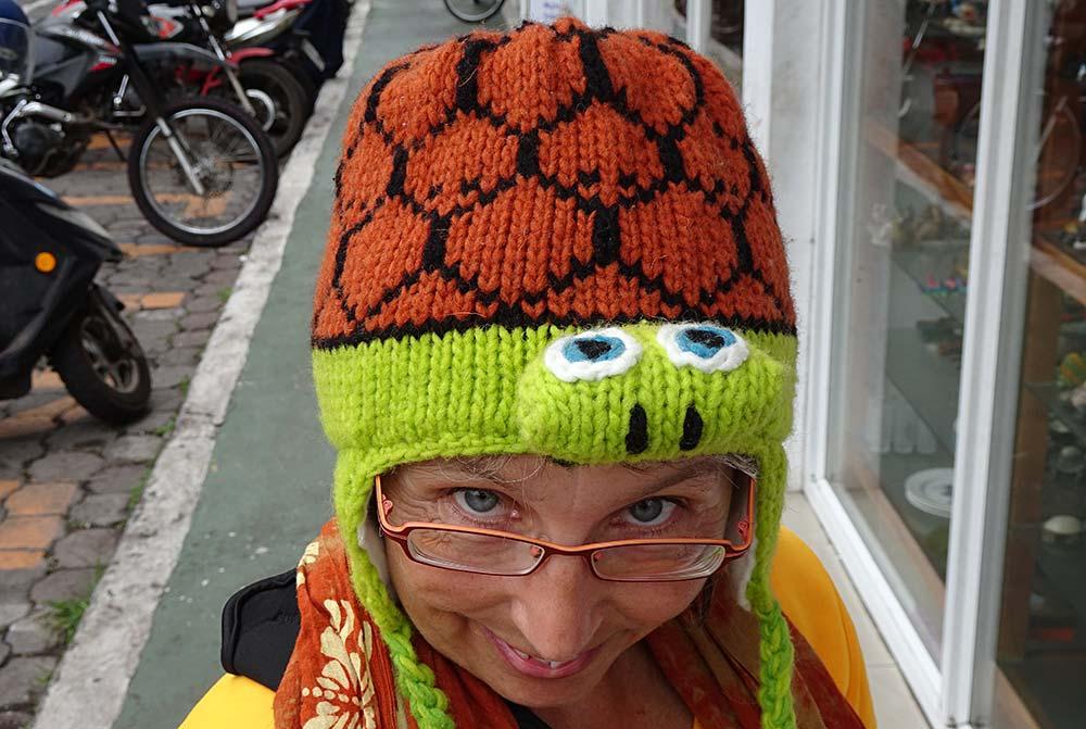 Frau mit Schildkrötenmütze