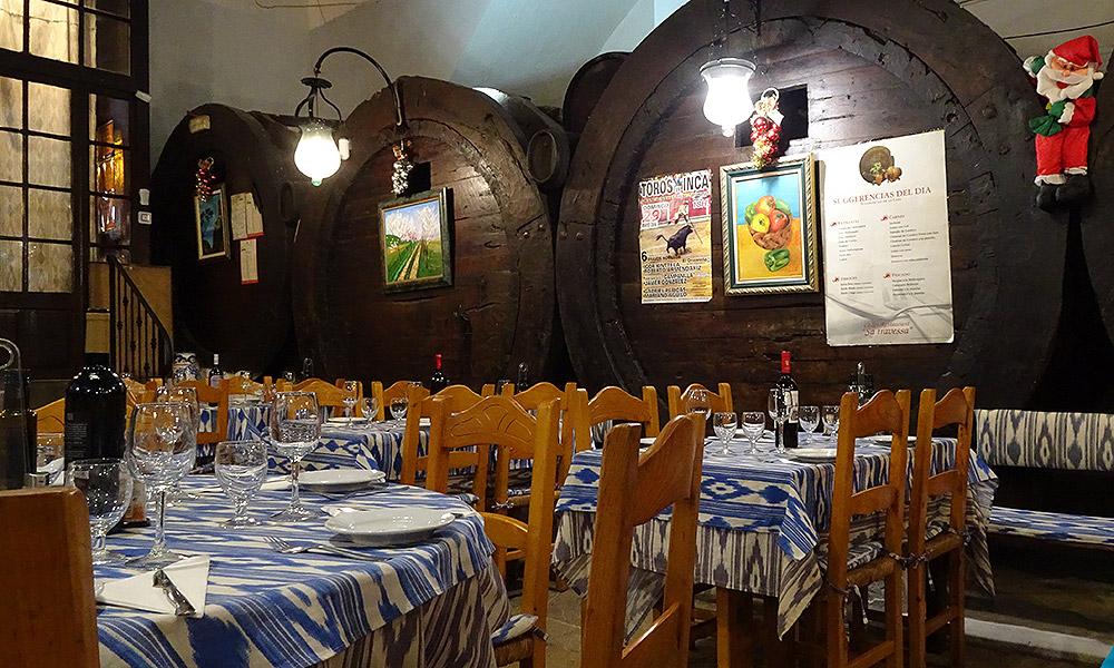 Restaurant mit alten Weinfässern
