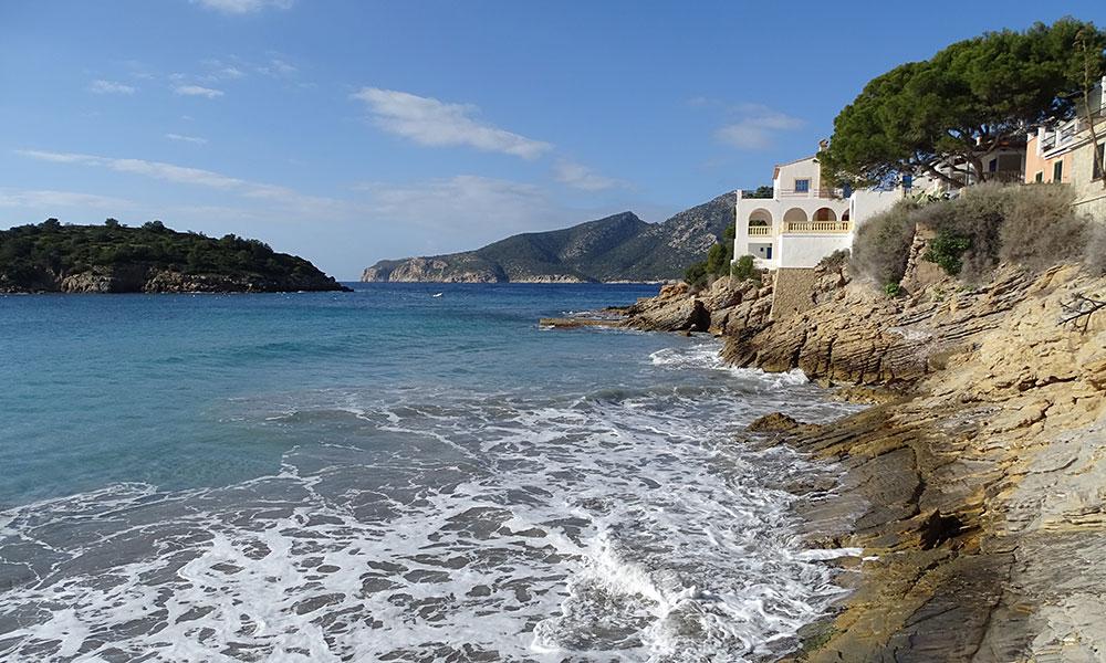 Felsige Küste mit Haus