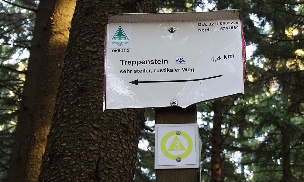 Wegweiser auf Wanderung im Harz