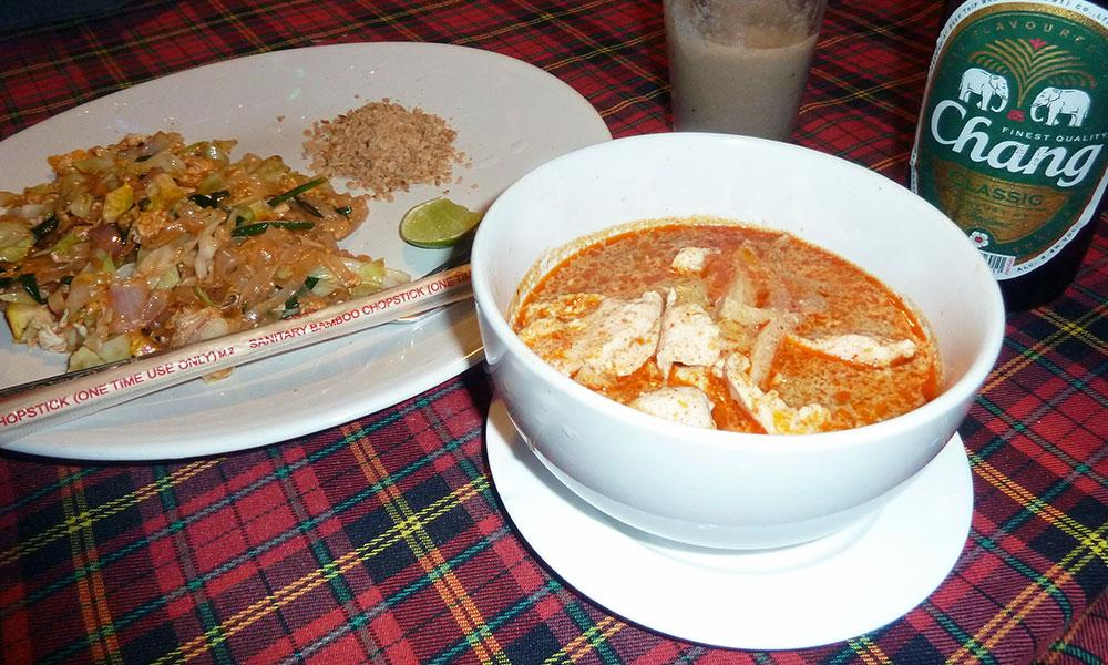 Teller mit Pad Thai und Thai Curry