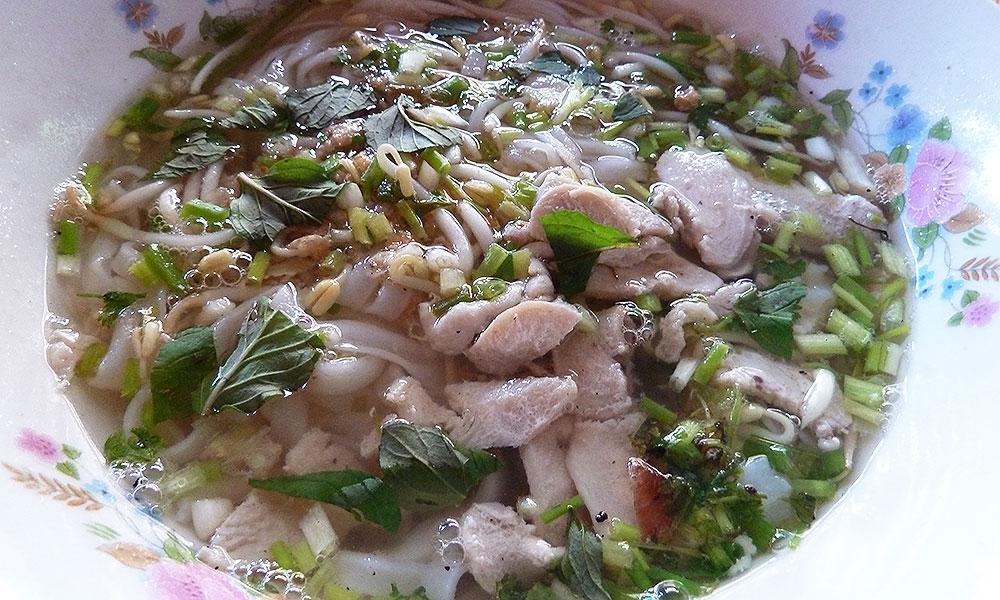 Teller Suppe mit Fleisch und Kräutern