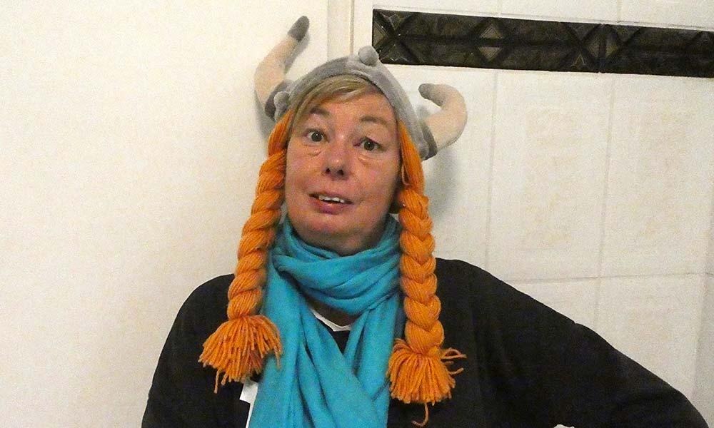 Frau mit Wikinger-Mütze