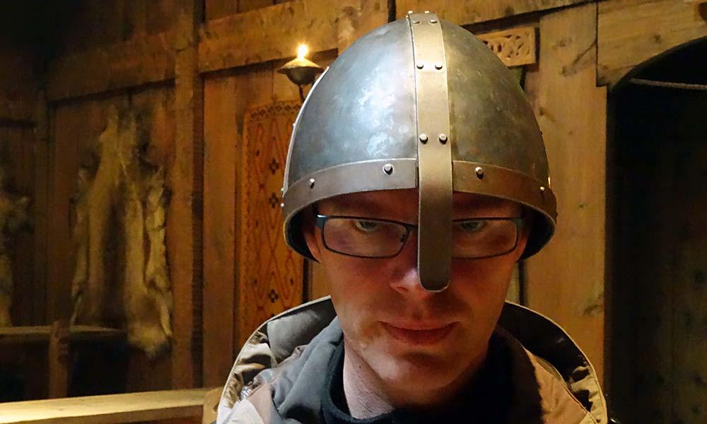 Mann mit Wikinger-Helm