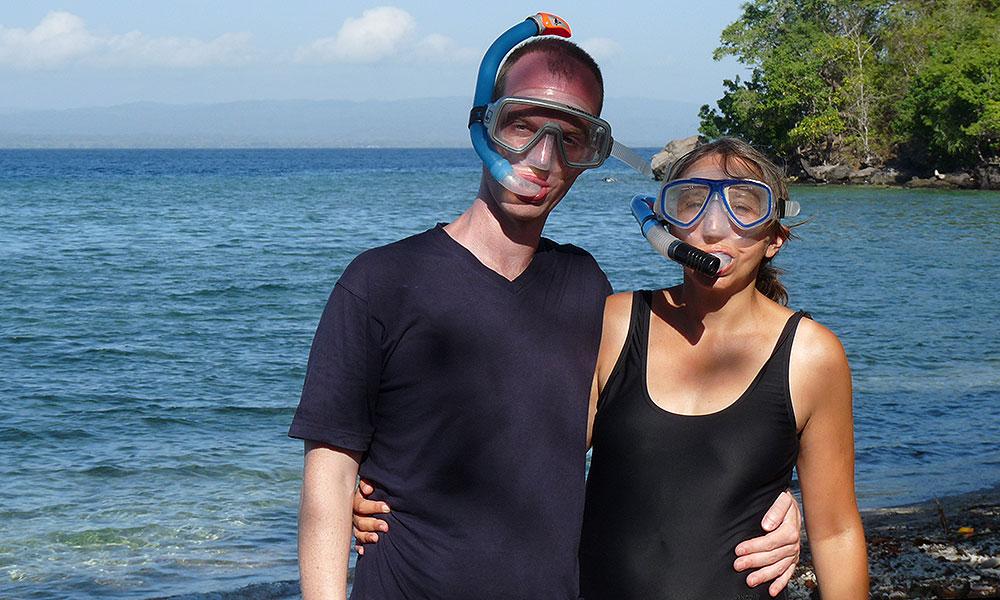 Jochen und Sabine mit Schnorchelmasken am Strand