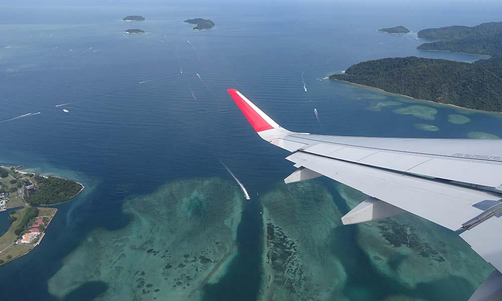 Blick auf Inseln aus dem Flugzeugfenster