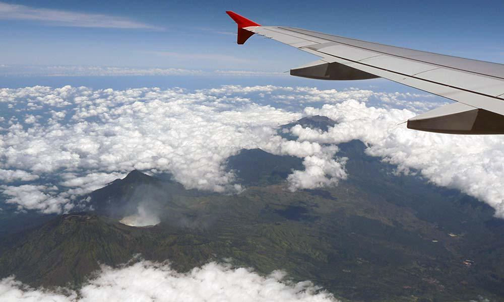 Blick auf Vulkan aus dem Flugzeugfenster