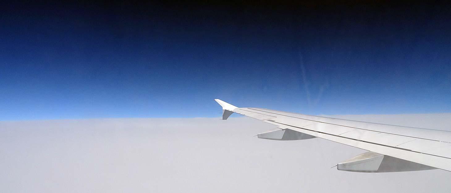 Blick aus Flugzeugfenster auf Wolken