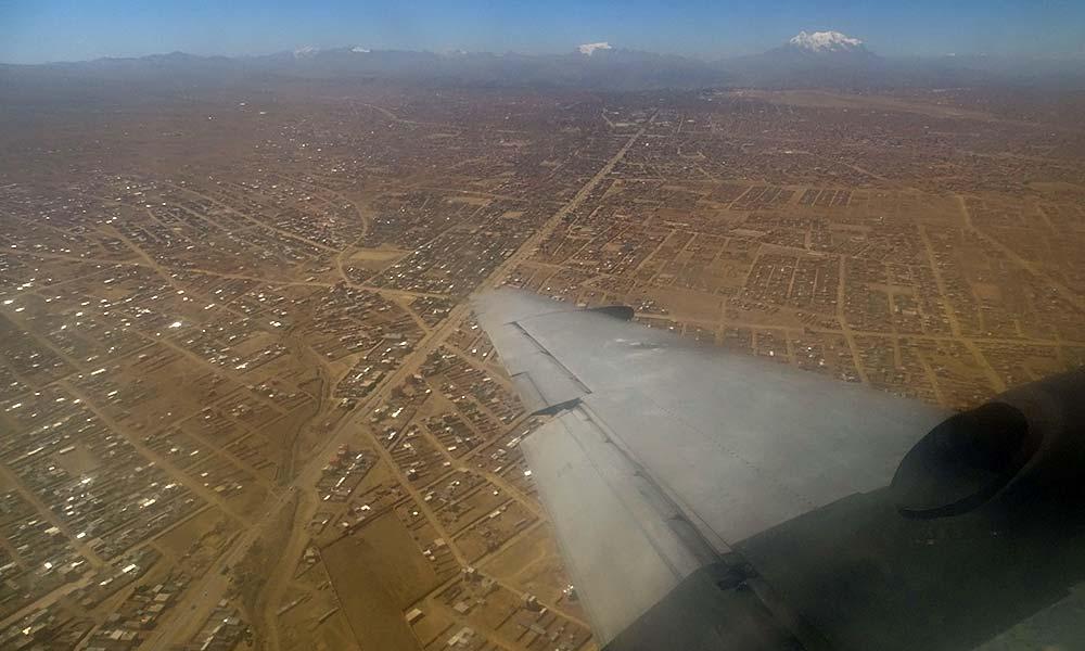 Blick auf La Paz aus dem Flugzeugfenster
