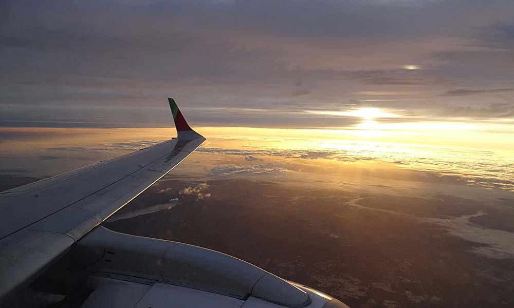Sonnenaufgang aus dem Flugzeugfenster