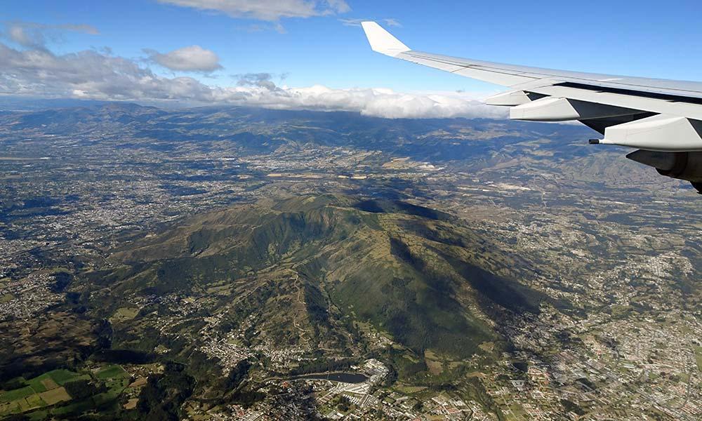 Blick auf Quito aus dem Flugzeugfenster