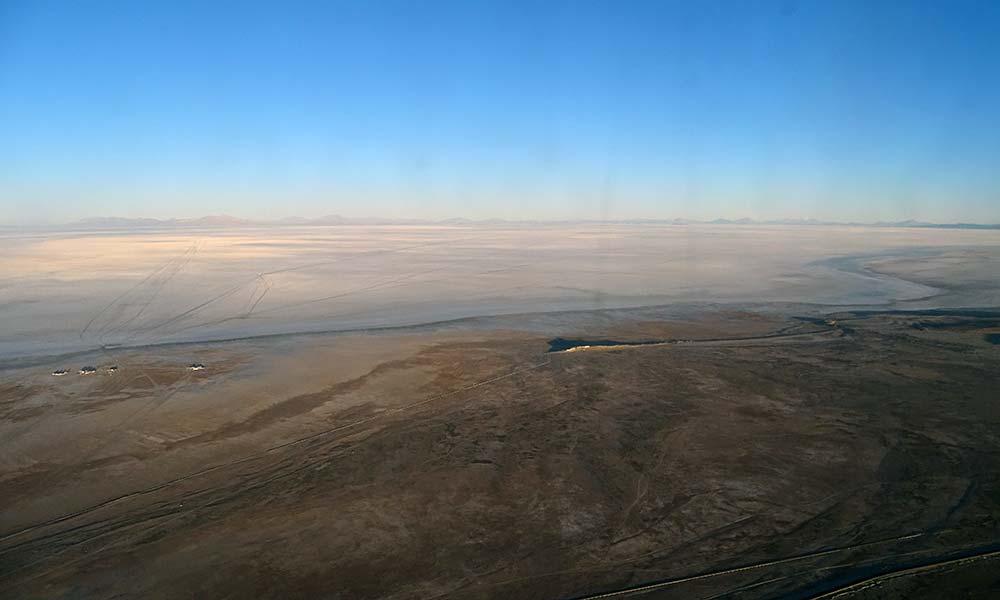 Blick auf den Salzsee aus dem Flugzeugfenster