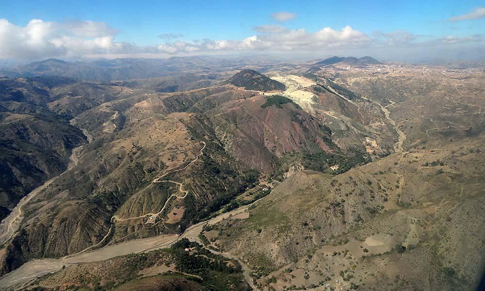 Blick auf Berge aus dem Flugzeugfenster