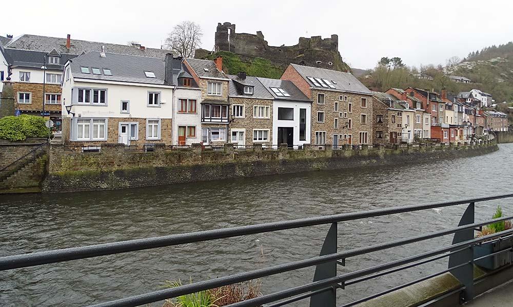 Ort am Fluss mit Burg