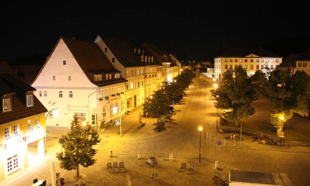 Erleuchteter Marktplatz bei Nacht
