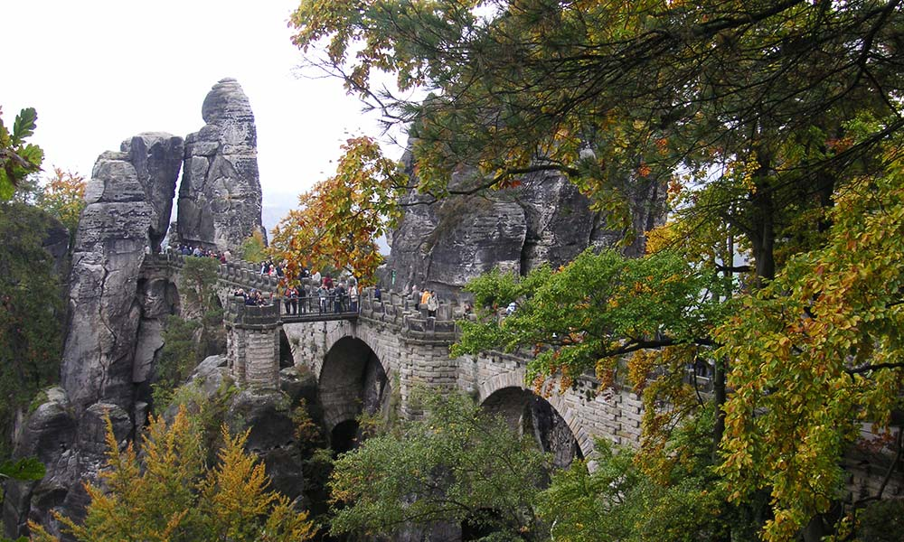 Blick zur Brücke im Felsen