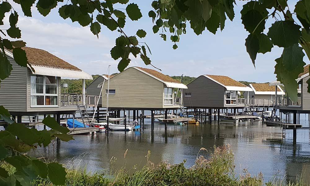Häuser auf Stelzen im Wasser