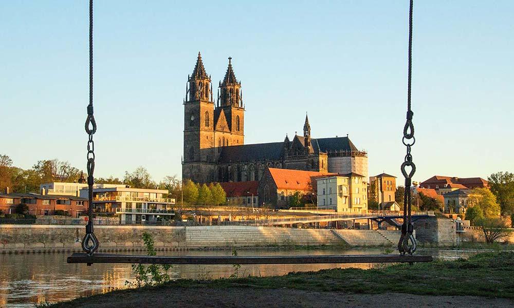 Schaukel an der Elbe vor einer Kirche