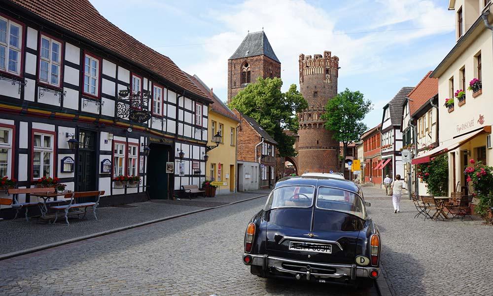 Oldtimer in Altstadt vor Fachwerkhäusern