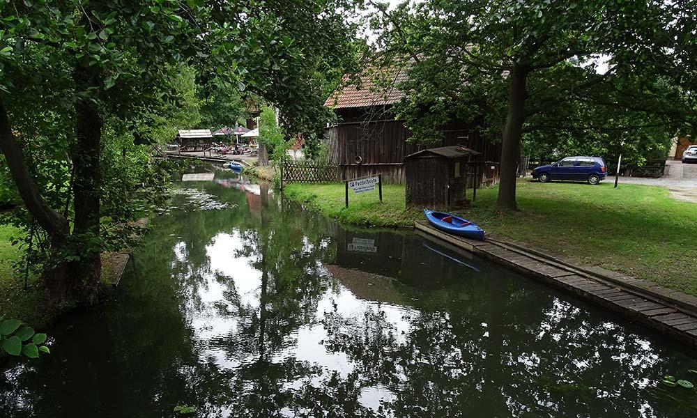 Bootsanleger vor einem Haus am Fluss