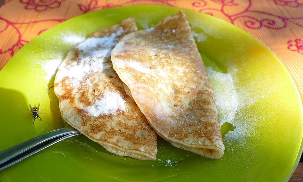 Zwei Plinse (Pfannkuchen) auf Teller