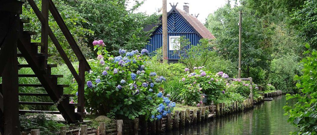 Blaues Blockhaus am Wasser im Spreewald